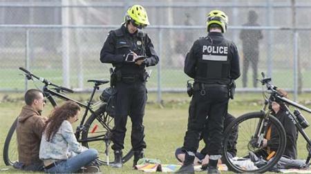 Des policiers dans un parc à Montréal le 2 mai 2020. Photo : Radio-Canada